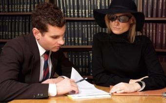 После смерти мужа кто вступает в наследство жена или мама