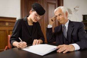 Как правильно вступить в права на наследство после смерти супруга? Нужно ли вступать в наследство, если жена продолжает пользоваться наследством супруга?
